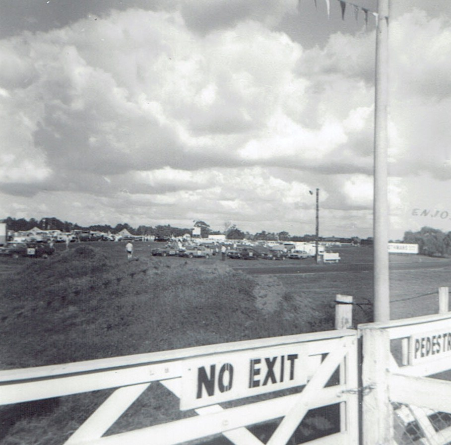 Name:  Pukekohe Jan 1971 GP #1, towards the pits v2, CCI18102015_0002 (2).jpg Views: 1428 Size:  158.9 KB